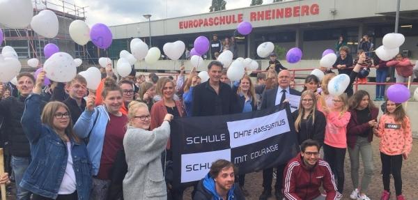 """Schüler, Lehrer, Schulleitung und Paten feierten am Europatag die Auszeichnung der Europaschule Rheinberg als """"Schule ohne Rassismus – Schule mit Courage"""" und ließen dabei Luftballons in den Himmel steigen."""
