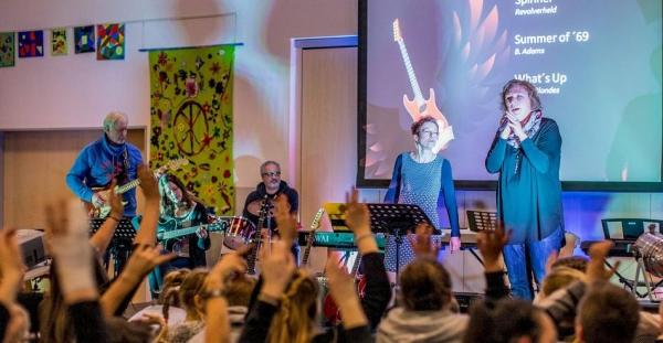 Auch die Lehrerband macht mit und gab ein kleines Konzert beim Kulturabend der Europaschule.