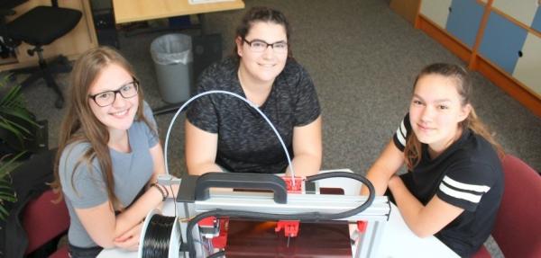 Monique Schulz, Lisa Potes und Alina Wehling (von links) aus der Einführungsklasse haben den ersten 3-D-Drucker für den Technikunterricht zusammengebaut.